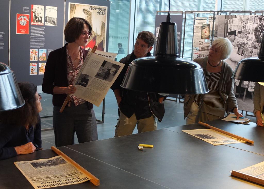 德國民眾透過納粹時代的報紙,了解新聞自由被打壓的情況。攝影/林育立